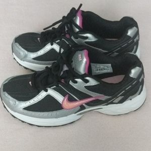 Nike running sneakers  competepink and black sz6